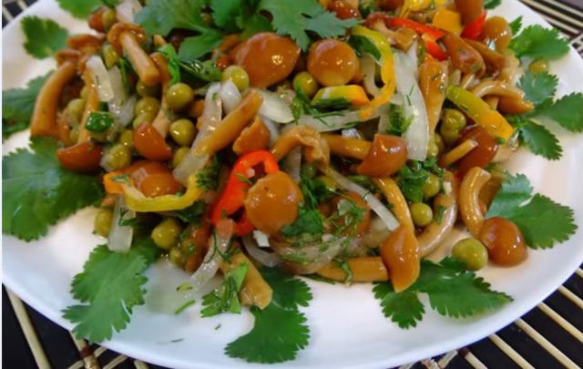 Салат с маринованными опятами и куриной грудкой