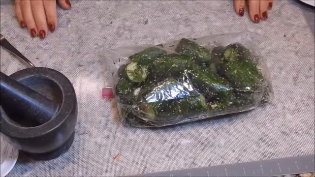 Быстрое приготовление малосольных огурцов в пакете